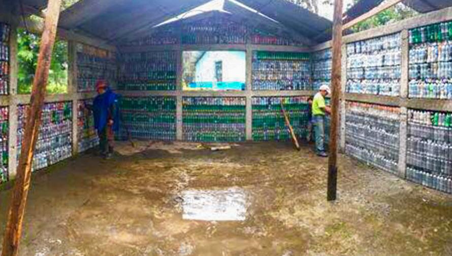 En Alta Verapaz construyen una casa con ladrillos ecológicos