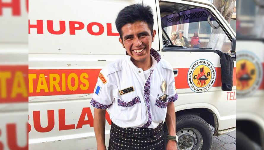 Francisco Chox, el bombero guatemalteco que utiliza su traje regional de Sololá