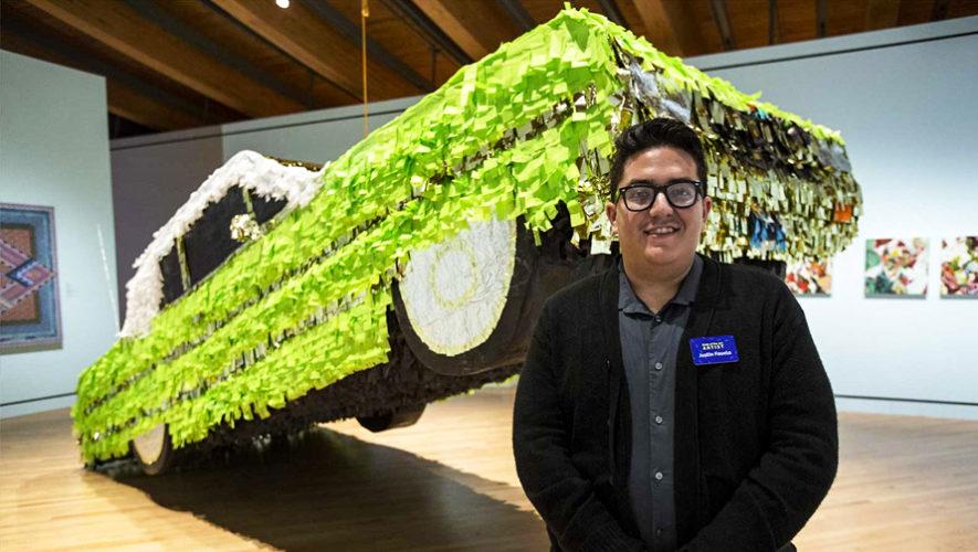 Justin Favela de origen guatemalteco, realiza piñatas que se exponen en museos
