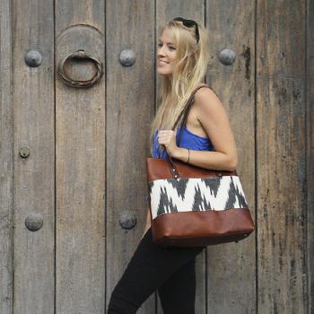 K Marina Designs produce bolsas a mano con tejidos y cuero en Guatemala
