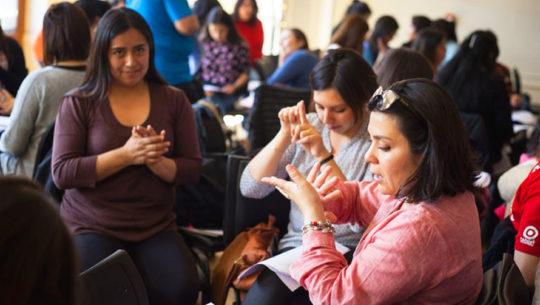 Clases de lenguaje de señas en la Universidad de San Carlos
