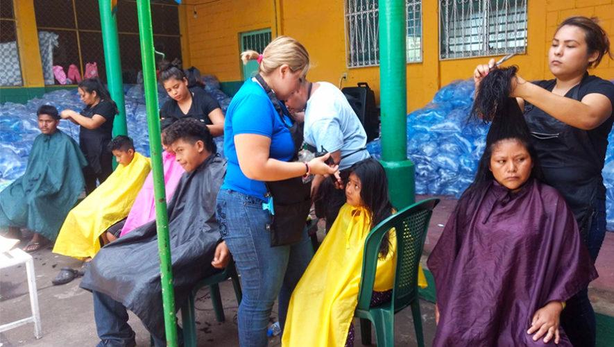 Estilistas cortaron el cabello gratis a personas a los damnificados del Volcán de Fuego