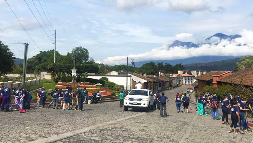Limpian las calles de Antigua Guatemala tras la erupción del Volcán de Fuego
