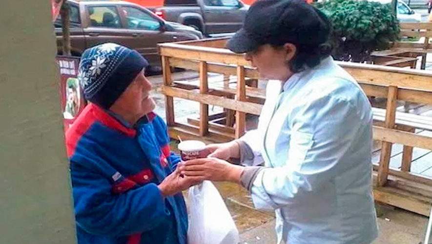 Restaurante en la Ciudad de Guatemala regaló café a personas con frío