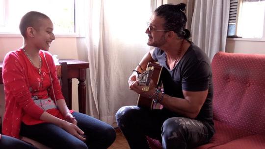 Paciente con cáncer cautivó a Ricardo Arjona al interpretar su canción
