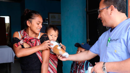 Recaudan ropa y medicina para personas de escasos recursos en Antigua Guatemala