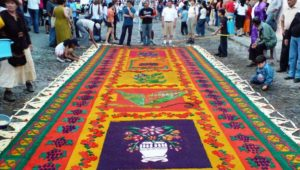 Elaboración de alfombra en la Calle del Arco, Antigua Guatemala   Abril 2019