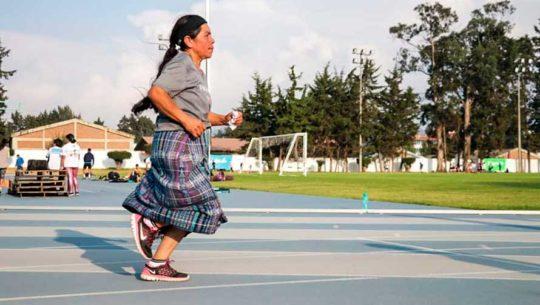 Doña Jesús Elías Elías, la quetzalteca que corre con orgullo usando su traje típico
