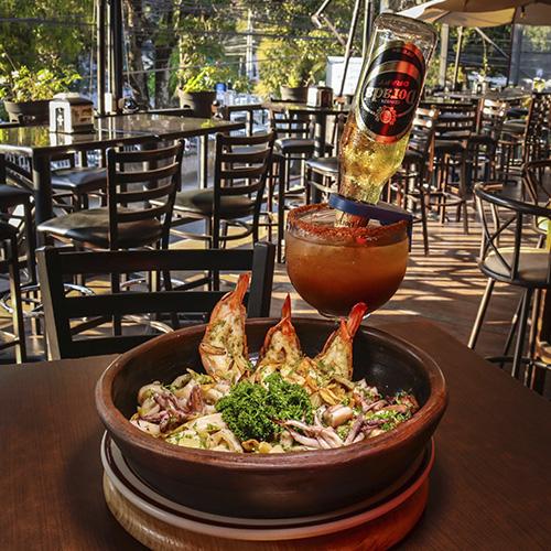 El Restaurante & Sport Bar La Llorona destaca por su ambiente agradable y deliciosa comida