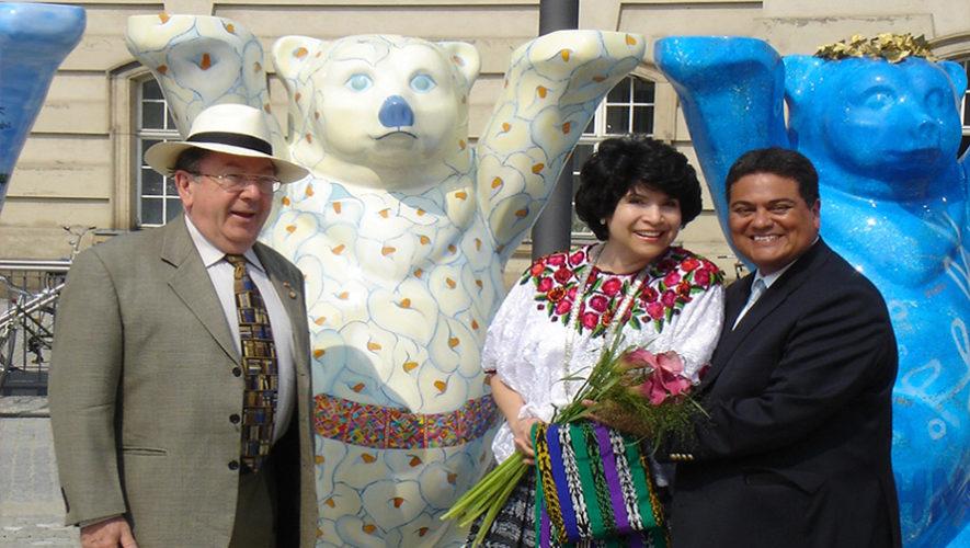 Expresidenta de Finlandia eligió el Buddy Bear guatemalteco como su favorito