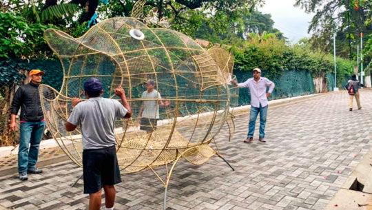 Fish Pet Pez metálico gigante es colocado en la playa pública de Panajachel, Sololá