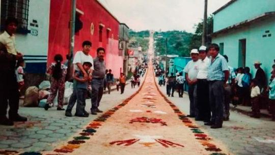 Historia de la alfombra de un kilómetro que se realiza en Alta Verapaz