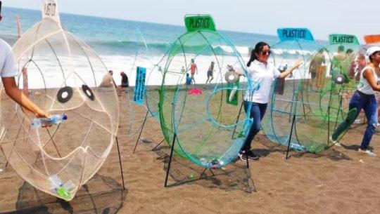 Monterrico se une a la iniciativa Fish Pet al poner peces gigantes en sus playas