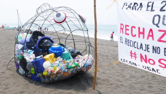 Razón por la que han colocado peces gigantes en las playas de Guatemala