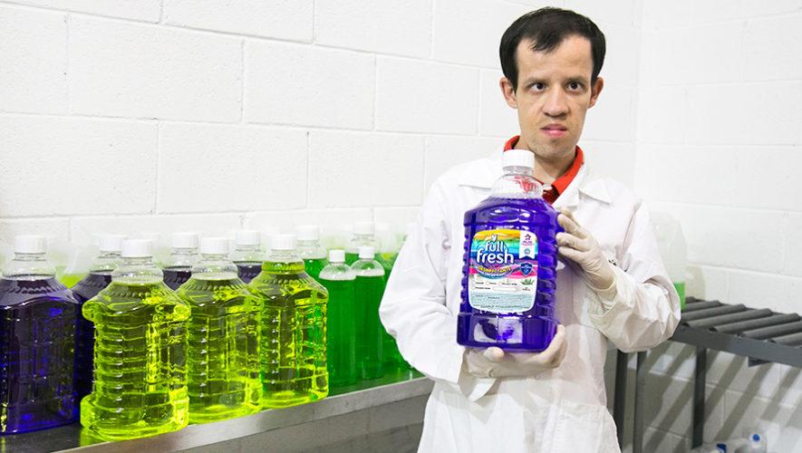 Guatemalteco con trastorno generalizado del desarrollo, elabora productos de limpieza