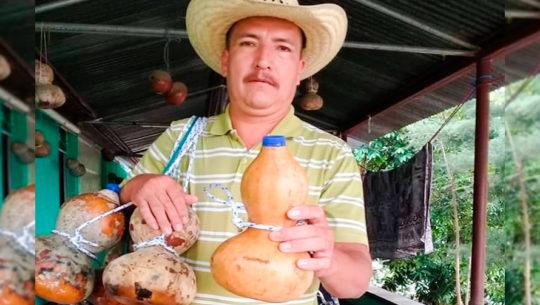 Guatemalteco vende tecomates para cuidar el medio ambiente