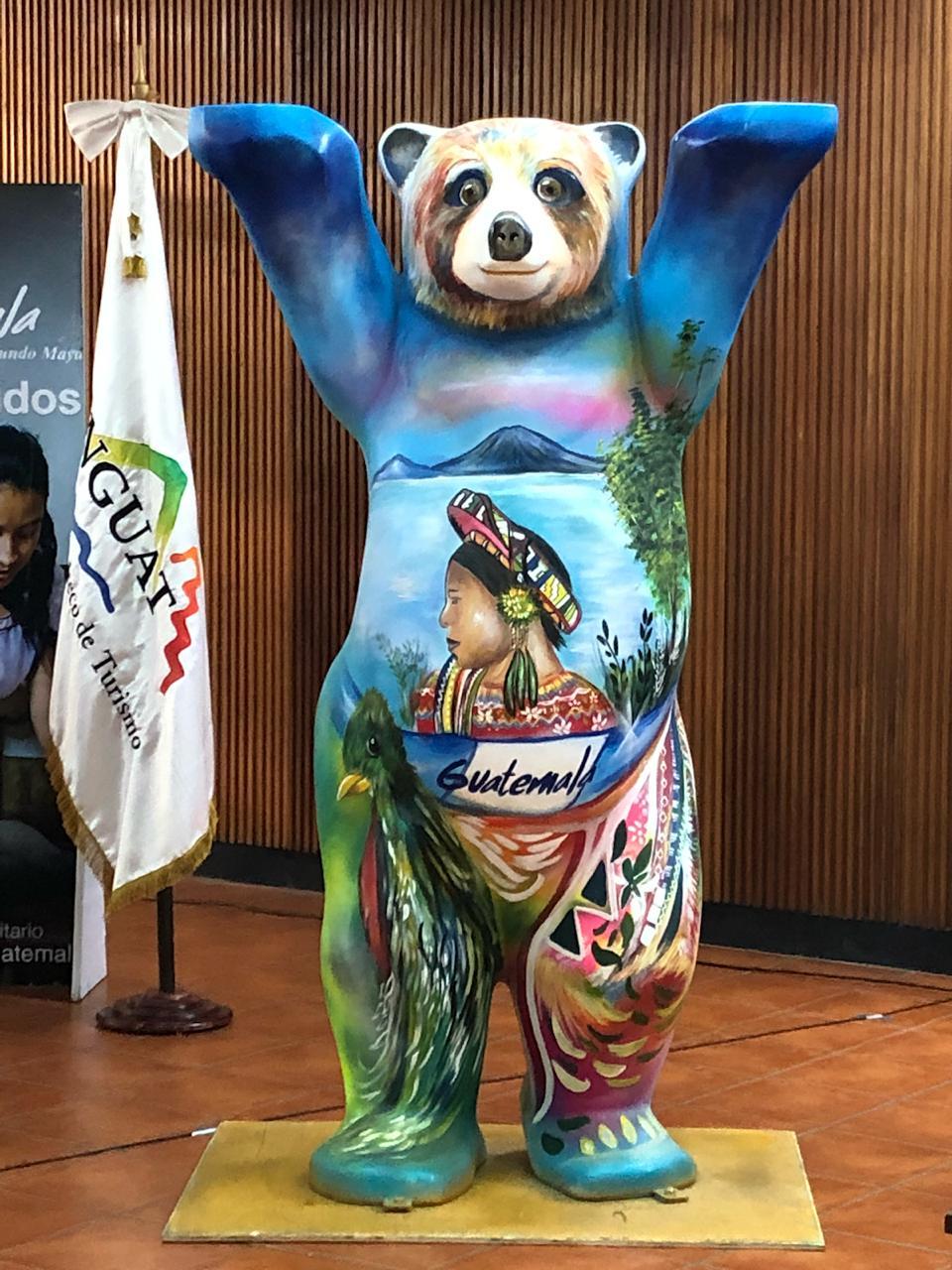 Osiel Martínez, originario de Sacatepéquez, pintó un nuevo Buddy Bear