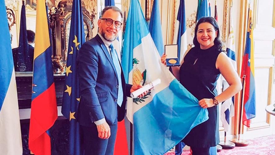 Adriana González recibió la medalla de artistas de América Latina que residen en Francia