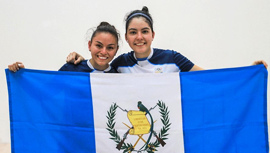 Los Juegos Panamericanos de Lima 2019 sigue dejando resultados históricos para varios de los deportes de Guatemala. Ahora fue el turno de ráquetbol, que ganó su primera medalla en toda la historia del evento. Las encargadas de concretar esta hazaña fueron Ana Gabriela Martínez y María Renee Rodríguez al colgarse la medalla de en la modalidad de dobles femeninos. En la final, la dupla guatemalteca se enfrentó a Paola Longoria y Samantha Salas de México, a las que derrotaron 2-0 con parciales de. El partido se celebró el miércoles 7 de agosto en las Canchas de Ráquetbol y tuvo una duración de . El podio de dobles femeninos fue liderado por las representantes nacionales seguido por las mexicanas con la plata. Mientras que el bronce se lo repartieron entre las parejas de Argentina y Estados Unidos. Camino a la medalla de La participación de las guatemalteca se inició en la fase de grupos, la cual culminaron invictas con 3 victorias. Martínez y Rodríguez fueron ubicadas en el grupo C, donde vencieron 2-0 a República Dominicana, 2-1 a Bolivia y 2-1 a Canadá. En el cuadro final, Guatemala se enfrentó a Colombia por los cuartos de final. Luego de 1 hora y 23 minutos de juego, las guatemaltecas se llevaron la victoria 2-1 frente a Cristina Amaya y Adriana Riveros. Mientras que en las semifinales ganaron con el mismo marcador pero frente a Argentina, que llegaron como favoritas para clasificarse a la final. 1 hora y 7 minutos le bastaron a Ana Gabriela y María Renee para sellar la victoria con parciales de 15-9, 10-15 y 11-1 frente las argentinas María Vargas y Natalia Méndez. Guatemala en Lima 2019 Martínez y Rodríguez consiguieron la novena medalla para Guatemala en lo que va de las justas panamericanas de Lima 2019. Hasta el momento, se contabilizan 1 oro, 3 platas y 4 bronces. Aquí puedes conocer a todos los ganadores: Medallero de Guatemala en Lima 2019.