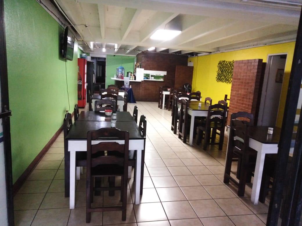 Restaurante en la Ciudad de Guatemala regala café y pan a personas que buscan empleo
