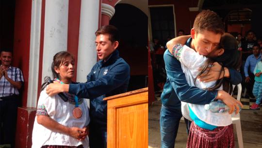 José Barrondo regresó a la Aldea Chiyuc para entregarle a su mamá la medalla panamericana