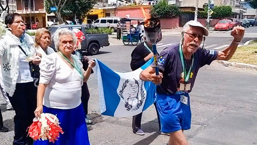 Abuelitos recorrieron las calles con la antorcha de la Independencia en Guatemala