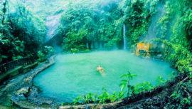 Piscina natural a orillas de una cascada