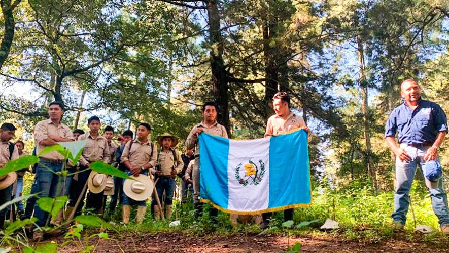 Guatemaltecos celebraron el 15 de septiembre sembrando 1,107 árboles en Atitlán