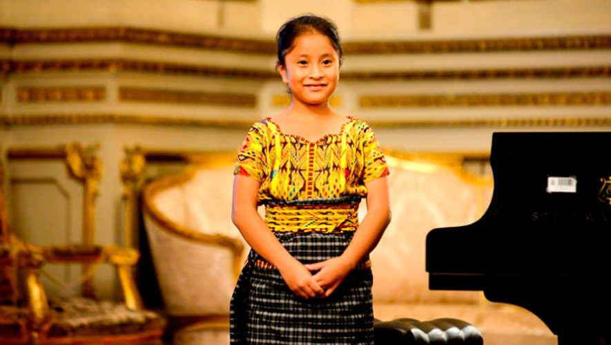 La pianista guatemalteca Yahaira Tubac destacó en reportaje de Telemundo Oklahoma