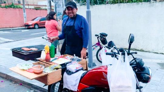Mario Osoy adaptó su moto para vender shucos en la Ciudad de Guatemala