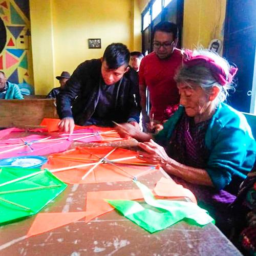 Abuelitos demostraron su creatividad al elaborar barriletes en Sacatepéquez
