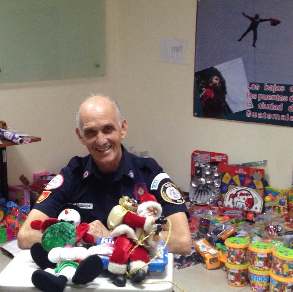 Bombero que se disfraza de Santa Claus recolecta juguetes 2019