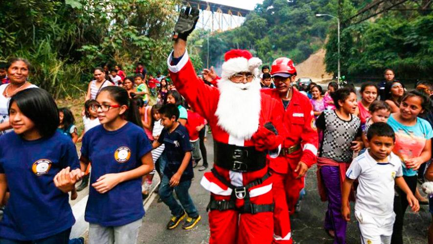 Bombero que se disfraza de Santa Claus recolecta