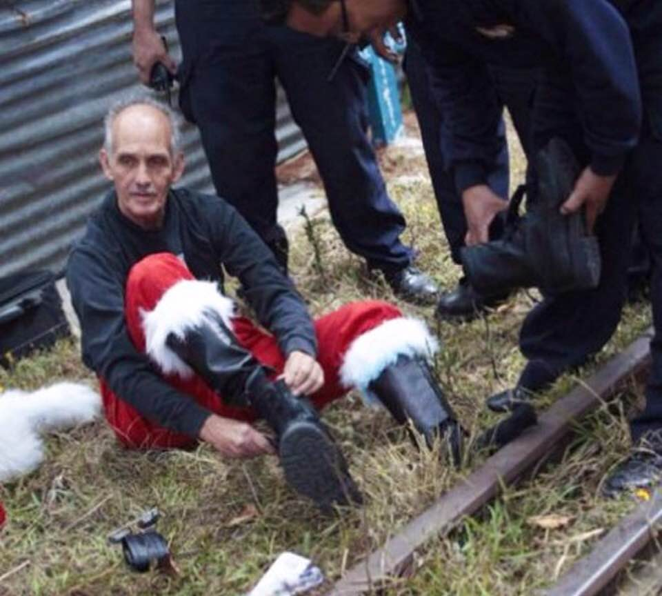 Bombero que se disfraza de Santa Claus recolecta juguetes