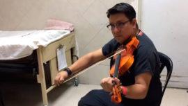 Médico guatemalteco sorprende en hospital al interpretar melodías a pacientes en Navidad