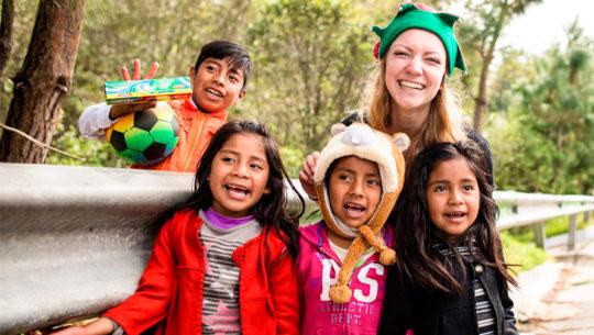 Recaudan regalos de Navidad para los niños de la carretera a Tecpán en diciembre 2019