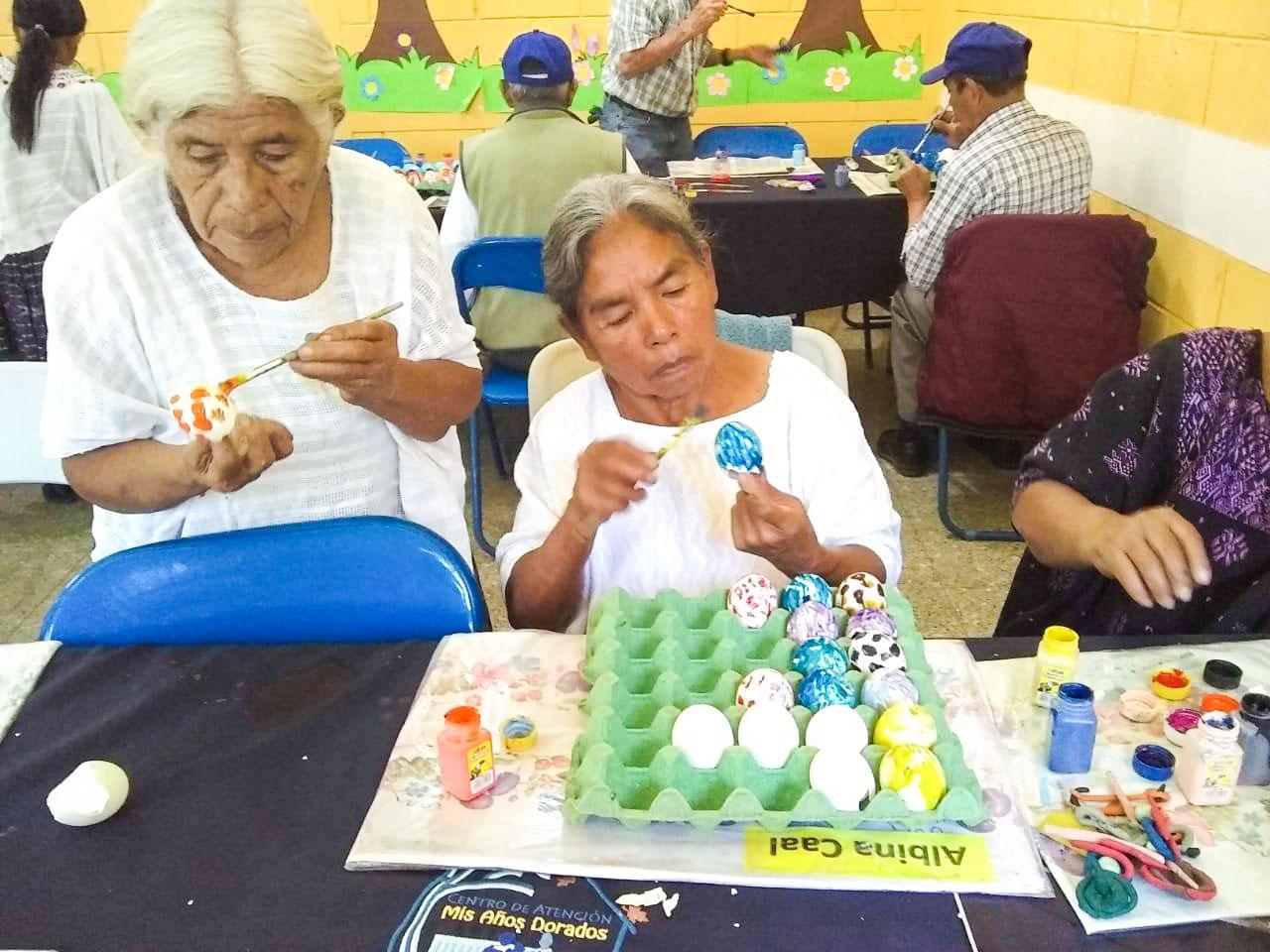 Abuelitos elaboran cascarones y pica pica
