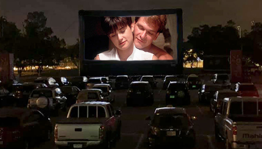 Proyección de la película Ghost, la sombra del amor en autocinema