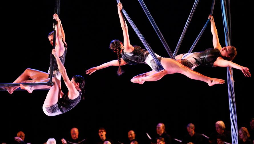 Show gratuito de danza aérea con música en vivo