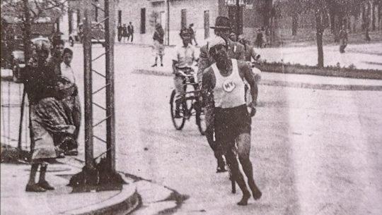 Doroteo Guamuch Flores corrió descalzó para ganar su primera Media Maratón Max Tott