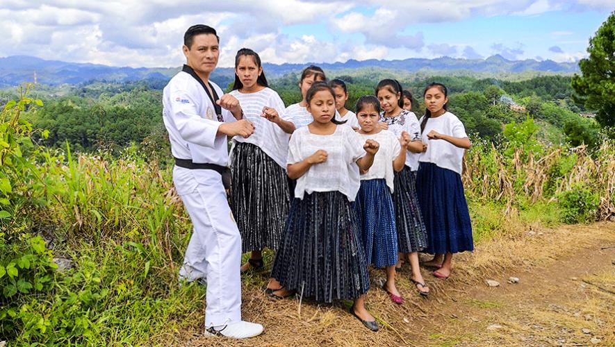 Las mujeres de Tipulcán que practican Taekwondo en traje típico