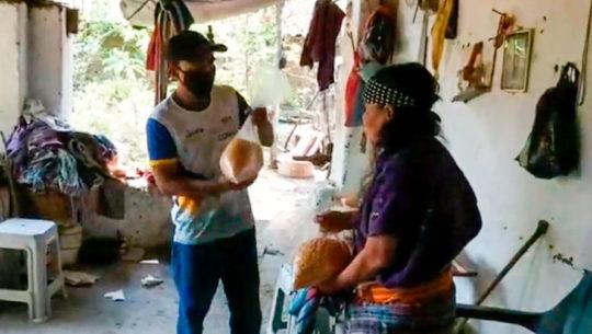 COVID-19: Ronaldo Ismalej López entregó maíz a personas de escasos recursos en Baja Verapaz