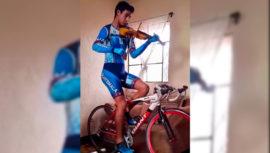 Estuardo Sáenz demuestra su talento en la bicicleta al interpretar el himno con su violín