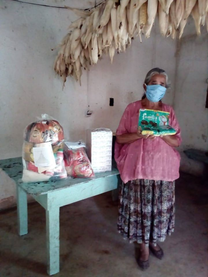 Regalan víveres a abuelitos de Purulhá