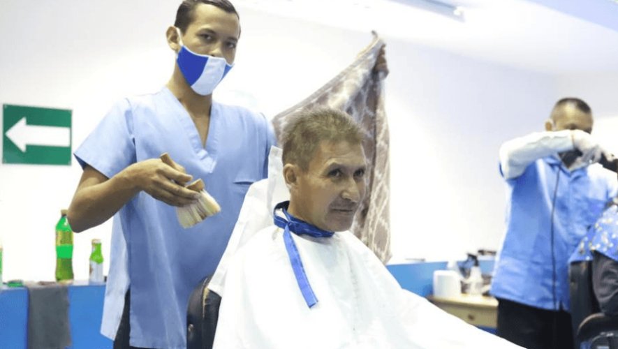 COVID-19_ La Selecta cortó el cabello gratis a guatemaltecos que están en albergue de Mixco