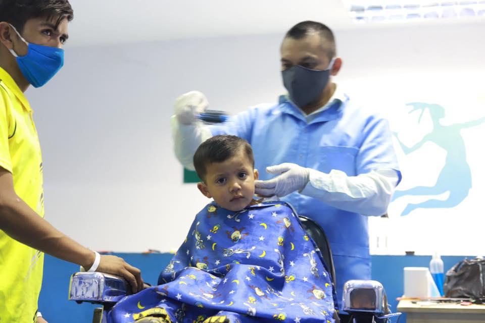 Los guatemaltecos que viven en el albergue fueron beneficiados con un corte de cabello gratis. (Foto: Municipalidad de Mixco)