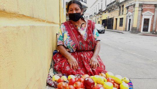 Quetzaltecos se unen para comprar verduras a Doña María Dominga en Quetzaltenango