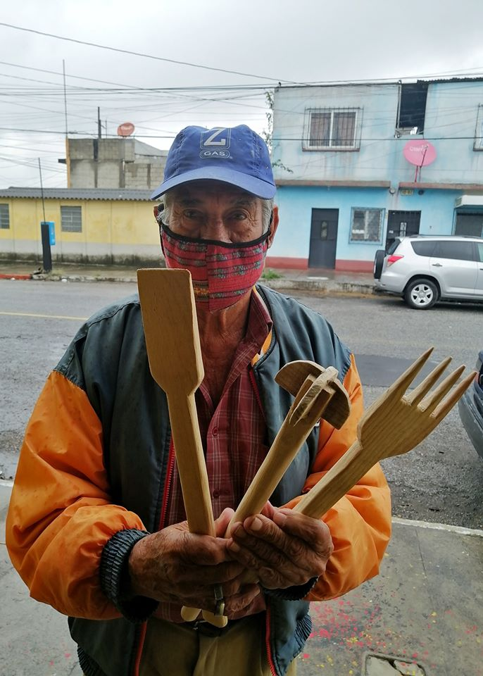 Abuelito fabrica utensilios de cocina de madera desde su casa debido al COVID-19