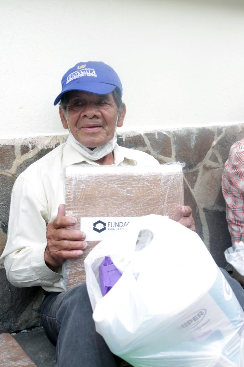 Abuelitos reciben víveres
