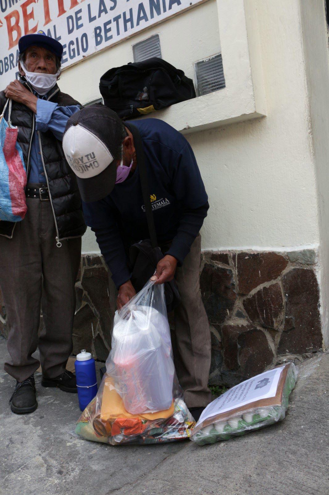 Buscan apoyar con víveres a abuelitos de escasos recursos